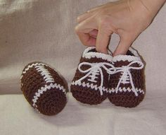 Toy Football and baby boy football booties  par Cathyren sur Etsy, $3.99