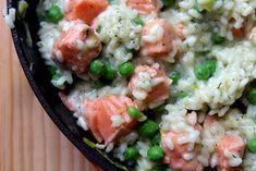 Dzisiaj chciałabym Wam zaproponować coś innego, coś czego jeszcze nie proponowałam na blogu czyli… risotto. W zasadzie nie wiem dlaczego do tej pory nie podałam żadnego przepisu bo risotto jest zdecydowanie częstym gościem w naszym domu. Moja córeczka bardzo lubi ryż dlatego jak tylko przyrządzam risotto z łososiem to (jak to sama mówi) jest w… Więcej Risotto z łososiem, zielonym groszkiem i parmezanem Pesto, Risotto