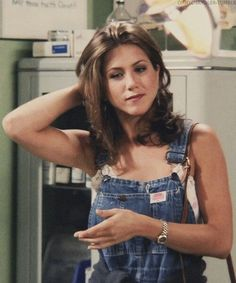 """Actress Jennifer Aniston, known for her role as Rachel Green from the cult TV series """"Friends"""". Below are collections of 26 Awesome Jennifer Aniston Hairstyles Estilo Rachel Green, Rachel Green Outfits, Rachel Green Style, Rachel Green Hair, Rachel Green Fashion, Tv: Friends, Friends Mode, Friends Tv Show, Friends Series"""