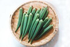 「オクラ」 漢字で「秋葵」と書きます。  ねばねばの素は、ペクチンとムチンです。 体内の粘膜を保護し、消化吸収を助ける働きがあります。  通年出回っていますが、旬の時期は7月~9月です。  免疫力を高めスタミナの増強効果も期待できますので、夏バテ防止にも良い野菜です。