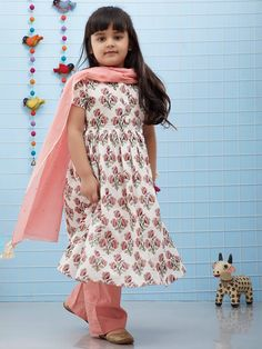 White Peach Floral Printed Cotton Suit - Set of 3 Girls Dresses Sewing, Little Girl Dresses, Baby Dresses, Baby Girl Frocks, Frocks For Girls, Kids Frocks Design, Baby Frocks Designs, Pakistani Kids Dresses, Baby Girl Frock Design