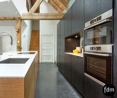 Deze prachtige eiken gerookte keuken is gecombineerd met zwart eiken gelakt. Geheel op maat gemaakt met een keramiek marmer look aanrechtblad.