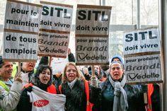 """""""SITL tiene que vivir para producir lavadoras Brandt"""". Así rezan las pancartas de los trabajadores de SITL, fabricante de lavadoras de Fagor. Los empleados se ven amenazados por los problemas económicos de la empresa española"""