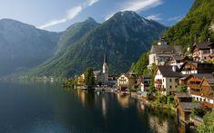 La città di Hallstatt in Austria, antico borgo che si specchia nell'acqua