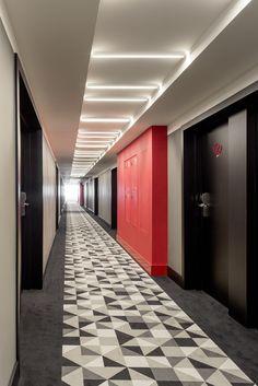 russia 2015 - azimut - international chain - corridor - modern - colors - design - grey - red door - floor - flur - teppich - schwarz weiß - tür - rot - beleuchtung