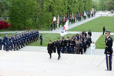 [대한민국 청와대] 2013 박근혜 대통령 미국 방문, 워싱턴 알링턴 국립묘지에서.. / [CHEONG WA DAE, Republic of Korea] 2013 President Park Geun-hye Visiting Arlington National Ceremony in Washington, D.C ※ [사진제공_대한민국 청와대] 본 저작물은 공공저작물 자유이용허락 표준 라이선스 '공공누리'에 따라 이용하실 수 있습니다.
