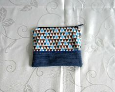 Trousse plate en jean recyclé bleu et coton à motifs triangles turquoise, bleu canard et chocolat doublée en coton bleu : Trousses par melkikou-upcycling
