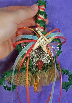 Cute idea for altars Imbolc Brigid'sCross Mini Broom/Besom Brigid's Cross, Wiccan Crafts, Witch Broom, Sabbats, Diy Décoration, Book Of Shadows, Magick, Witchcraft, Yule