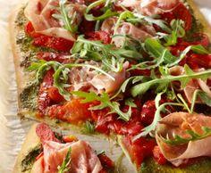 Pizza met rauwe ham en paprika