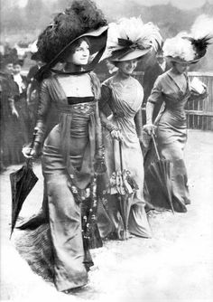 The Belle Epoque Body-con Dress That Was Too Sexy for Paris Scandalously body-skimming (and shockingly petticoat-free) dresses by Parisian couturier Mme. Margaine-Lacroix, debuted by three models at the fashionable Longchamp horse race in Belle Epoque, Edwardian Era, Edwardian Fashion, Vintage Fashion, 1900s Fashion, Victorian Women, Victorian Era, Victorian Photos, Historical Costume