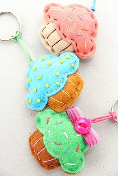 Felt Cupcake Keychains- these are so cute! Felt Diy, Felt Crafts, Fabric Crafts, Sewing Crafts, Diy And Crafts, Crafts For Kids, Craft Projects, Sewing Projects, Felt Keychain