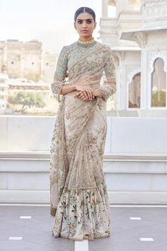 What does that beautiful Sabyasachi Saree Cost? I know I have which is why every time Sabyasachi launches a new collection, I start hunting for Sabyasachi Saree Cost in a frenzy. Indian Wedding Outfits, Bridal Outfits, Indian Outfits, Indian Clothes, Outfits Primavera, Udaipur, Mode Ootd, Stylish Sarees, Saree Look
