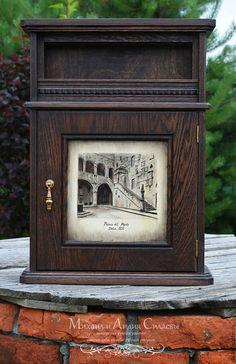 Настенная ключница из массива дерева. Мебель из дуба. Резная мебель. Рисунок на дверце настенной ключницы выполнен в ручную, в авторской технике.
