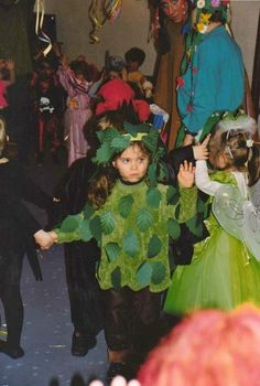 Original and easy costume for a child be an apple tree tree solutioingenieria