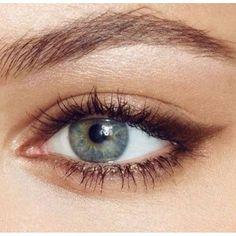 Que tal esse olho de gatinho feito com lápis marrom?  Delicado e fácil de fazer. Vamos tentar para hoje a noite? ^-^