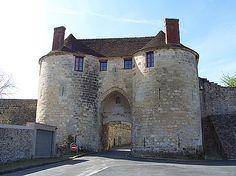 Château-Thierry (Aisne) : Porte Saint-Pierre, l'enceinte urbaine de Château-Thierry comptait quatre portes fortifiées. Seule subsiste aujourd'hui la porte Saint-Pierre. Elle a été érigée entre 1220 et 1236 sur les fondations d'une porte antérieure du XIIe siècle. Pour pénétrer dans la ville médiévale, il fallait d'abord franchir le fossé par un pont dormant. Le système de fermeture de la porte était constitué d'une herse renforcée d'une porte en bois à doubles vantaux.