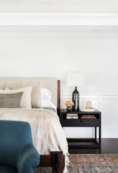 california casual bedroom ideas with a muted area rug as a base. Neutral and casual bedroom ideas to recreate in your own home. How to style a nightstand. How to decorate a nightstand. Home Design, Home Interior Design, Luxury Interior, Home Decor Bedroom, Bedroom Furniture, Bedroom Ideas, Kitchen Furniture, Bedroom Small, White Furniture