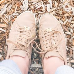 TIP: My favorite #momlife staple...nude leather fashion tennies. Neutral enough to go with everything wipeable  super comfy and chic enough to make it look like a tried a little harder than I did. . . . . . #pdxmom #outfitoftheday  #trendy #pdx #pdxfashion #fashion #therack #instafashion #todayimwearing #instablogger #portland #pdxstylist #personalstylist #michaelkors #shoes #personalstyle #style #stylist  #ootd #whatiwore #momstyle #pdxfashion #momboss #styletips #mom  #wardrobestylist…
