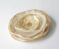 Anstecker - Blüten - Satin-Organza-Blüte beige-weiß - ein Designerstück von soschoen bei DaWanda