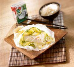Un peu d'exotisme dans cette recette de poisson au lait de coco avec des courgettes et des poireaux. Les papillotes préservent la saveur des aliments grâce à une cuisson à la vapeur.