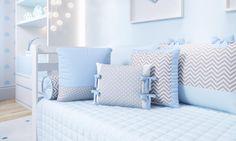 As almofadas do Quarto de Bebê Amiguinhos trazem detalhes em chevron cinza combinando com a decoração do quarto de bebê azul. São os detalhes que transformam o ambiente e deixam tudo mais especial!
