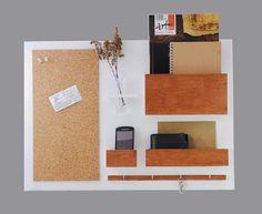 Organizer - Idealny do zwieszenia nad biurkiem, w przedpokoju czy w poczekalni... Trzy przegródki, tablica korkowa, rząd czterech haczyków i dekoracyjny szklany wazon - na kwiatki lub długopisy. Proste w montażu.   (id produktu: 504198)