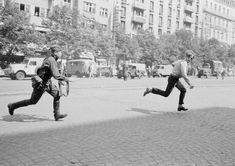 Soldado soviético persiguiendo a un joven que estaba tirándole piedras a un tanque durante la Primavera de Praga de 1968