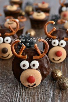 Weihnachtliche, lustige Cupcakes, die wie Rentiere aussehen. Diese Cupcakes sind mit einer Ganache überzogen und mit Schokolinsen, Salzbrezeln und Eierplätzchen...