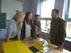 Energiezukunft in der Schule. Schülerinnen erklären eine selbst hergestellte Solaranlage.