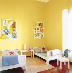 Habitación infantil decorada con colores amarillos.