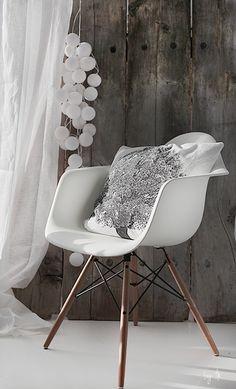 Mooi en vooral comfortabele en duurzame kuipstoel met armleuningen en een elegant beukenhouten onderstel. Stijlvolle replica van het bekende tijdloze ontwerp van Charles Eames. Verkrijgbaar in meerdere kleuren. www.gooodz.com