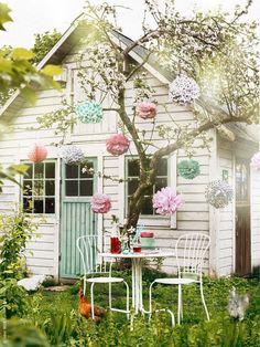 Une petite table sous un arbre, des boules de papiers. Il n'en faut pas plus!© Pinterest