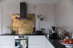 backsplash wth a splash Gold Kitchen, Kitchen Dining, Kitchen Decor, Kitchen Ideas, Kitchen Units, New Kitchen Inspiration, Industrial Style Kitchen, Rustic Industrial, Flat Interior