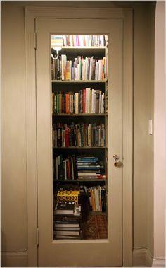 Donald Albrecht, curador de arquitetura e design do Museu da Cidade de Nova York, construiu um local de armazenamento de livros criativo no armário de seu apartamento.  Fotografia: The New York Times.  https://makespace.com/blog/posts/book-storage-hacks-for-small-apartments/
