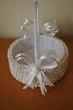 Cesta de Perolas para Florista  salpicada com strass  decorada com fitas de cetim   branco R$ 141,76