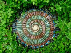 Yard art diy garden projects stepping stones 35 ideas for 2019 Mosaic Stepping Stones, Pebble Mosaic, Pebble Art, Mosaic Glass, Rock Mosaic, Pebble Stone, Paving Stones, Stepping Stone Crafts, Homemade Stepping Stones