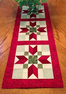Quilted Christmas Table Runner in Red and Green, Starred Christmas Table Cloth, Christmas Table Scarf, Runner Christmas, Quiltsy Handmade - Happy Christmas - Noel 2020 ideas-Happy New Year-Christmas Quilted Table Runners Christmas, Patchwork Table Runner, Christmas Patchwork, Christmas Quilt Patterns, Christmas Runner, Table Runner And Placemats, Quilt Block Patterns, Quilted Table Runner Patterns, Xmas Table Runners