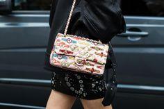 Street style à la Fashion Week automne-hiver 2017-2018 de Londres sac Chanel