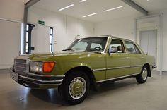 Unik 70-tals S-klass i mycket gott skick med endast 1 ägare sedan ny! Aldrig renoverad ! Typisk 70-talsfärg i grönmetallic (original), dvs starkt ljusgrönmetallic vilket är snyggt med den vitbeiga inredningen. Uttagen ny i Nyköping 1977 på dåvarande ...