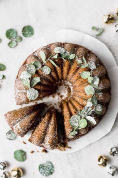 Christmas Bundt Cake with Walnuts and Raisins Easy Cake Recipes, Sweet Recipes, Baking Recipes, Small Birthday Cakes, Happy Birthday, Key Lime Cake, Golden Raisins, Cake Photography, Moist Cakes