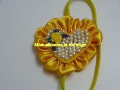 Moño corazon  para el cabello decorado con perlas y petalos kanzashi