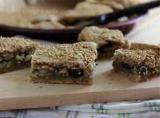 Torta salata con scarola, olive e pinoli