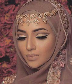 Ideas Bridal Hijab Veil Headpieces Muslim Brides For 2019 Bridal Hijab Styles, Hijab Wedding Dresses, Disney Wedding Dresses, Bridal Looks, Bridal Make Up, Beau Hijab, Turban Hijab, Muslim Beauty, Arab Fashion