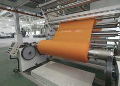 """Empresa taiwanesas Far Eastern New Century Corp acaba de montar uma unidade de produção que vai explorar a inovação Colordry. Uma tecnologia que, segundo Mark Parker, CEO da Nike, é uma """"revolução industrial"""". Tecnologia permite o tingimento dos têxteis a seco, economizando a utilização de 30 litros de água para uma única t-shirt e redução de 40% em energia e a eliminação do emprego de produtos químicos utilizados costumeiramente na etapa da tintura dos tecidos."""