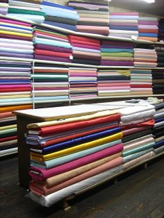 Fabric Houses, Fabric Shop, Suit Fabric, Quilt Storage, Fabric Storage, Boutique Interior, Shop Interior Design, Cheap Embroidery Machine, Clothing Store Design