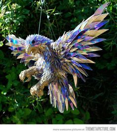 Funny pictures about Falcon made from shattered CDs. Oh, and cool pics about Falcon made from shattered CDs. Also, Falcon made from shattered CDs photos. Art Cd, Vieux Pianos, Recycled Cds, Recycled Materials, Recycled Crafts, Recycled Books, Recycled Garden, Art Public, Culture Art