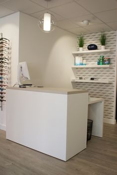 Reception desk in an optical shop Clothing Store Interior, Beauty Salon Decor, Reception Desk, Beauty Room, Optical Shop, Salon Interior, Interior Design Kitchen Contemporary, Clinic Design, Store Design