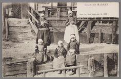 Vijf Marker kinderen in dracht poseren bij een boenstoep. 1895-1905 #NoordHolland #Marken