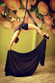 Aerial Silks, Backless, Poses, Dresses, Fashion, Fabrics, Gowns, Moda, La Mode