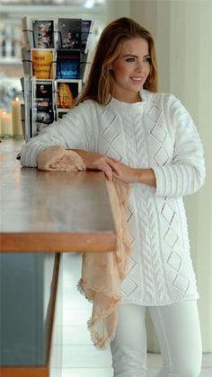 Den lange, hvide sweater med slankende, lodrette mønsterbaner er rigtig sjov at strikke – hvis du vel at mærke er en garvet strikker!